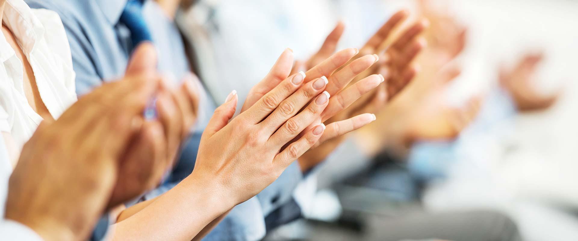 manos gesticulando