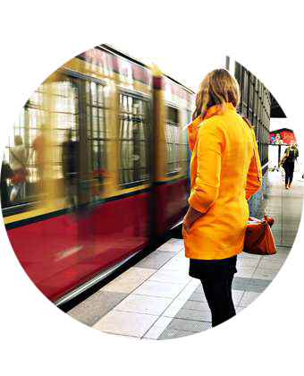 chica esperando al tren