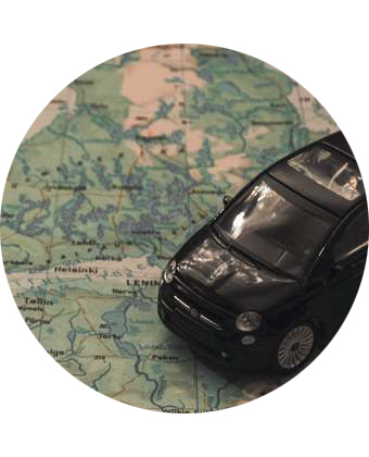 coche de juguete sobre mapa